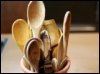 kass: a container full of wooden spoons for cooking (spoons)