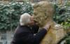 smurfettes: (мужик целует Сталина)